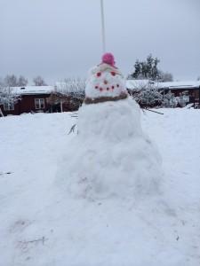 Ingen hade kunnat bygga denna jättestora snögubbe själv kom barnen fram till. Men när de samarbetade så kunde dom! Dom kom överens om att han skulle heta Olof ?