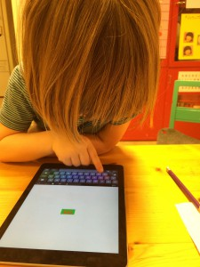 Barnen får skapa sina egna namnlappar med hjälp av teknik