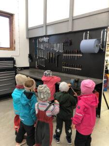 Förskolebarn besöker en verkstad.