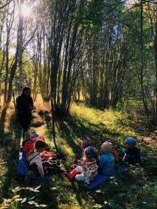 Små barn fikar i skogen