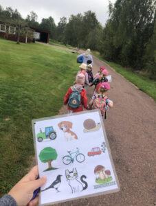 Bingopromenad med förskolebarn.
