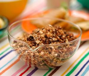 I köket rostas det egen musli som de flesta barn älskar till frukost eller mellis.