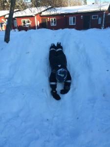 Vi har gjort en rutchkana i snöhögen