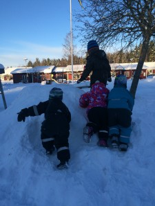 snöhögar roar alla barn och utmanar också såväl grovmotorik som samspel i lekande stund :D