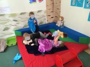 En härlig lek med små bebisar som alla heter Lennart och en pool som de badar i.