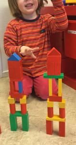 Först byggde fröken ett torn, sen byggde barnet ett likadant. Stolthet när tornet var klart och blev lika.