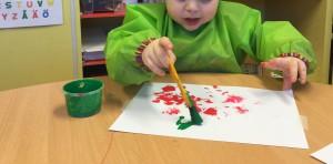 Att få prova att måla med olika sorters färger är utvecklande och fängslande