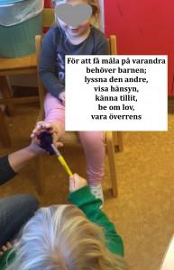 På Filiorum är det barnen som ska få lära och utvecklas, här hjälper de varandra med att måla fotavtryck