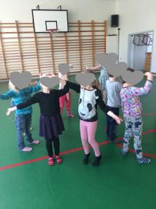 För att låta barnen som ska börja skolan skapa band med kommunala förskolans barn försöker vi få till träffar. Här har vi gymnastik ihop.