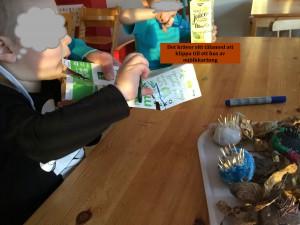 Barnen delar på kartongerna för att göra ett tak.