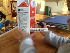 Nu ska igelkottarna som vi gjorde i höstas få flytta hem. Barnen gör varsitt hus med mjölkkartonger de har tagit med hemifrån.