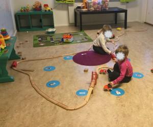 Barnen älskar att bygga med järnvägen. Här tränar de konstruktion, matte, samspel, teknik mm, av bara farten i leken.