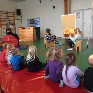 Vi blev bjudna av 5:orna på skolan till teater, Hans och Greta. Barnen tyckte det var mycket spännande. Ett bra samarbete mellan skola och förskola :D