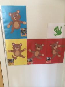 Några av de färdiga nallarna. Barnen älskar att titta på dem, de hittar sin egen då det sitter ett foto av skaparen på varje nalle.