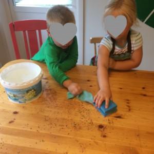 Att få torka bordet efter är en rolig aktivitet